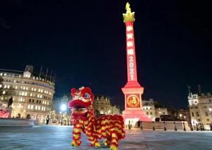 Trafalgar Meydanı kırmızı renge büründü