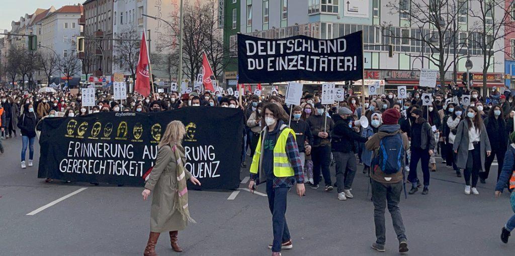 Almanya'da ırkçı terör saldırısında hayatını kaybedenlerin anıldığı yürüyüşe binlerce kişi katıldı