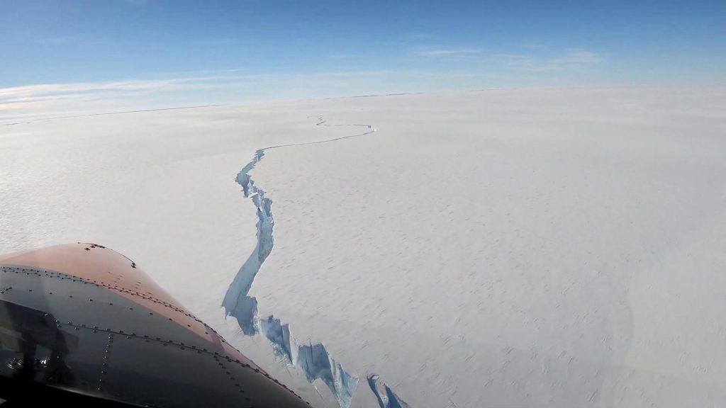 Antarktika'da çatlayan büyük bir buzul kopma noktasına geldi