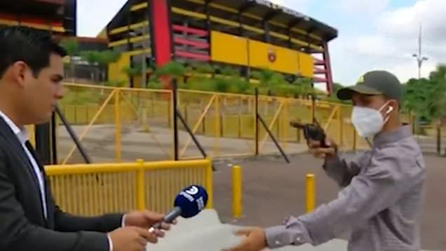Ekvador'da muhabir, canlı yayın sırasında silahlı saldırgan tarafından soyuldu