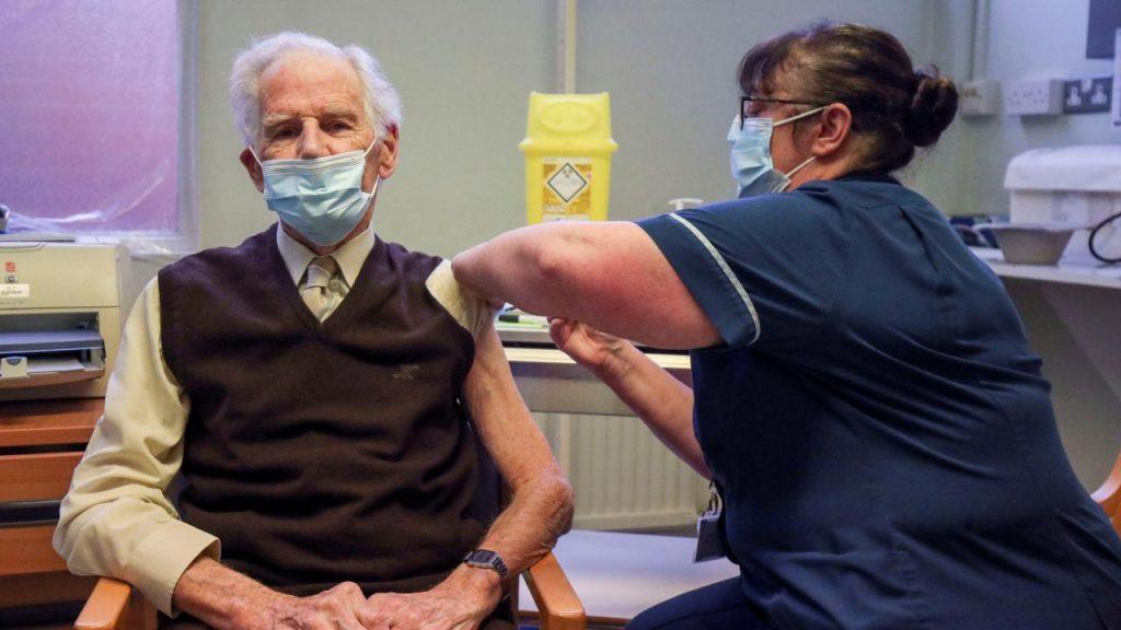 İngiltere'de tüm yetişkinlerin 31 Temmuz'a kadar aşılanması hedefleniyor
