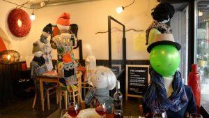 Restoran sahibi yasakları cansız mankenle protesto etti
