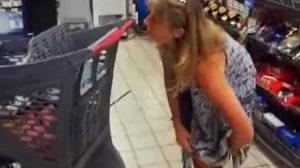 Maske takmadığı için uyarılan kadın iç çamaşırını kullandı