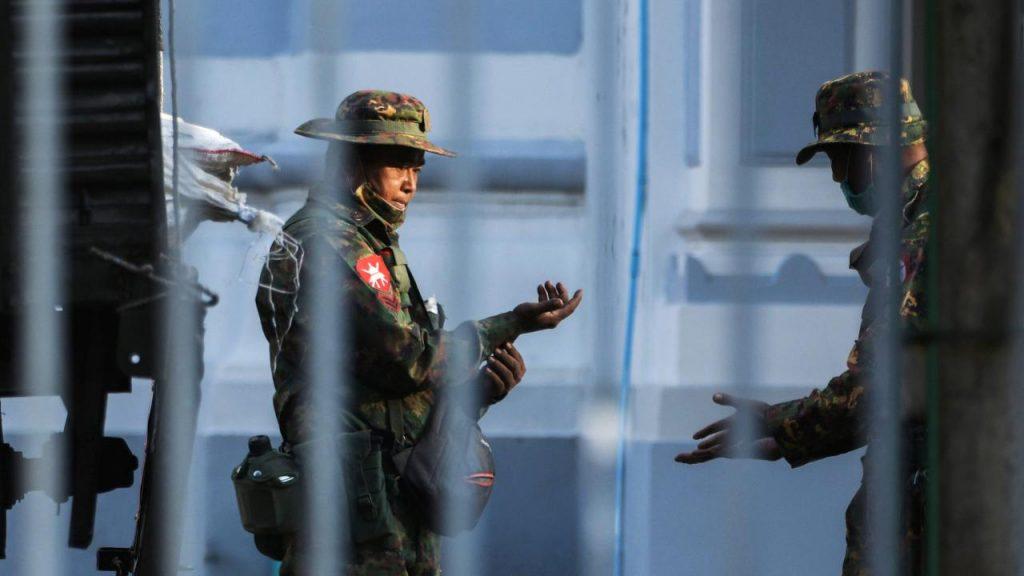 Myanmar'da darbe yapan ordu Facebook'a erişimi yasakladı