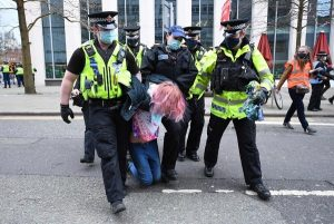 İngiltere'de polis kadın göstericinin pantolonunu çıkardı