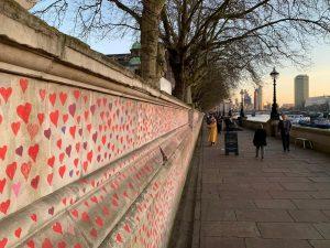 Londra'da Covid-19 nedeni ile ölenlerin anısına 150 bin kalp çizilecek
