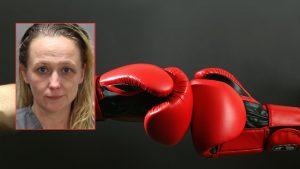 Boks eldiveni ile okula gelen kadın bir öğrenciye saldırdı