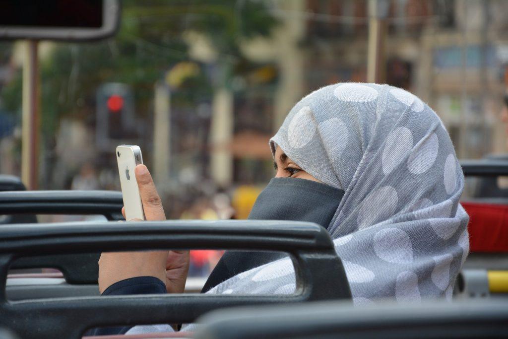 İsviçre'de referandumla ibadet yerleri hariç tüm kamusal alanlarda burka ve peçe yasaklandi