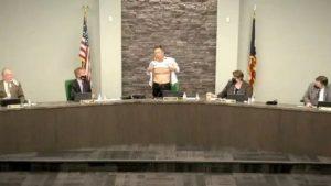 Belediye meclisinde soyunarak protesto etti