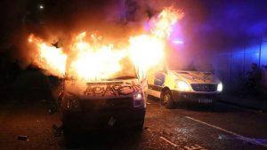 İngiltere'de eylemciler sokakları yangın yerine döndürdü