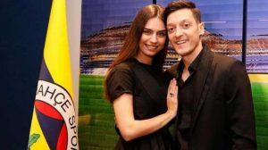 Maçta sakatlanan Mesut Özil'e en büyük destek eşi Amine Gülşe'den geldi