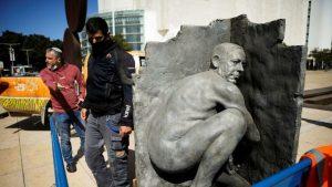 Çıplak Netanyahu heykeli alarma geçirdi