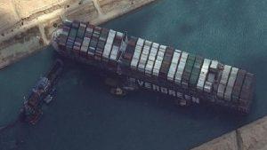 Tazminat ödenmezse Süveyş'i tıkayan gemiye el konulacak