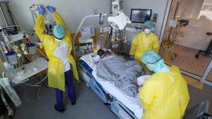 İngiltere'de korkutucu corona raporu: Taburcu olan 8 hastadan 1'i ölüyor