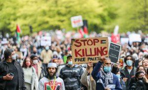 Londra'da on binlerce kişi, İsrail'in Gazze'ye saldırılarını protesto etmek için yürüdü