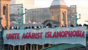 İngiltere'de iktidardaki Muhafazakar Partinin İslam karşıtı ve ayrımcı tutumları raporlandı