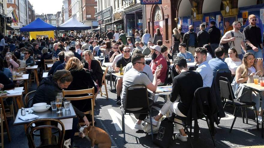 İngiltere sosyal mesafeyi kaldırıyor