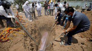 Hindistan'da corona kurbanlarının cenazeleri kiralık dozerlerle taşınıyor