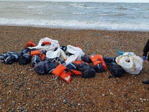 İngiltere'de sahilde can yeleklerine bağlanmış 960 kilo kokain bulundu