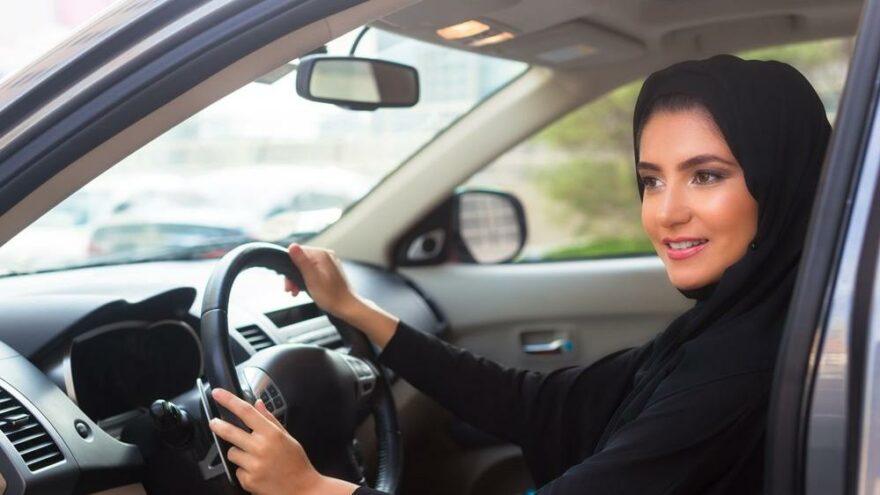 Suudi Arabistan'da 17 yaşındaki genç kızlara araç kullanma izni