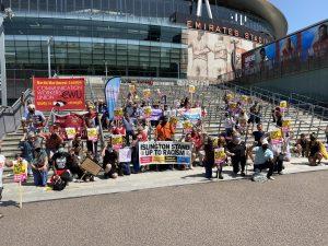 Emirates Stadyumu önünde irkçılık karşıtı gösteri düzenlendi