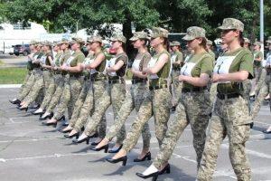 Kadın askerlere topuklu giydirilmesine tepki var