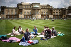 İngiltere tarihinde bir ilk: Sarayın bahçesinde piknik yaptılar