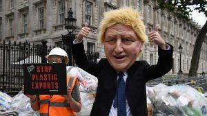 Boris Johnson'ın kapısına 625 kg plastik çöp döktüler