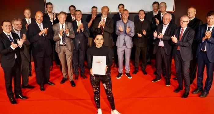 Almanya'nın erkekler kulübünün 89 yıllık geleneğini Türk ressam Meral Alma  değiştirdi