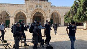 Bir grup fanatik Yahudi, Mescid-i Aksa'ya baskın düzenledi