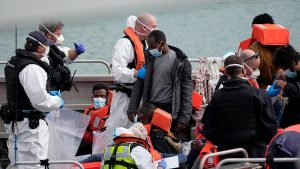 İngiltere, kaçak göçmen getiren tekneleri Fransa'ya 'geri itecek'