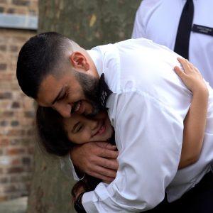 Noura, hayatını kurtarmaya yardım eden PC Ahmet Mavitunali'ya sarıldı