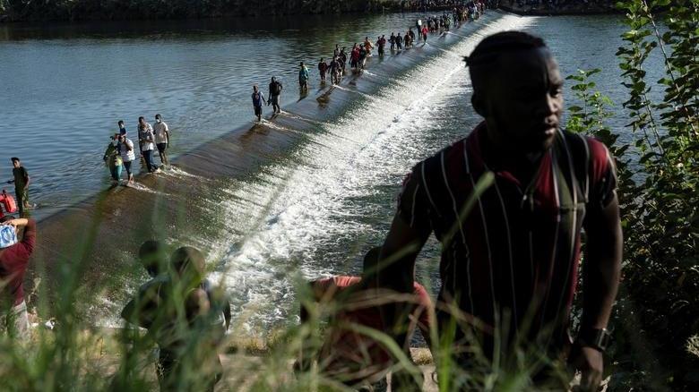 10 bini aşkın göçmen köprü altında