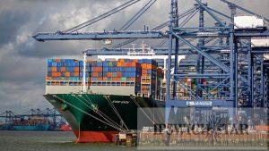 İngiltere'nin en büyük ticari limanı Felixstowe'a konteynerler yığıldı, gemiler başka yerlere yönlendiriliyor
