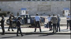 Atina'da meclisin önüne 'Yunanistan'ı Türkler yönetiyor' yazılı araç bırakan kişi akıl hastanesinde