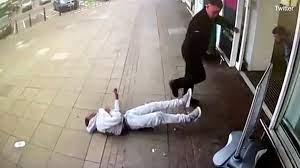 İngiltere'de güvenlik görevlisi, siyahi adamı tek yumrukla bayılttı