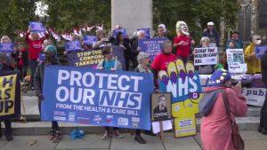 """İngiltere'de """"Sağlık ve Sosyal Bakım"""" yasa tasarısı protestosu"""