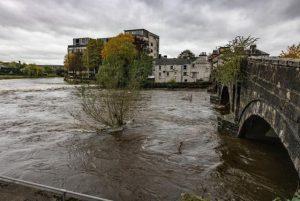 İngiltere'de sel: Nehirler taştı, yollar sular altında kaldı