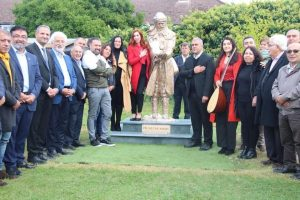 Londra'da Pir Sultan Abdal heykeli dikildi